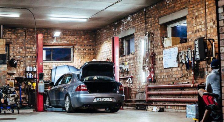 Lämna in bilen på bilverkstaden